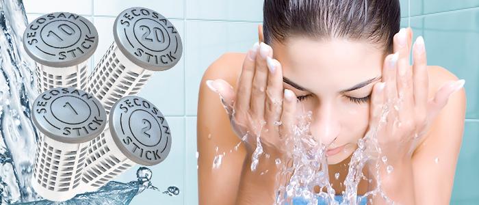 soin du visage avec de l'eau pure