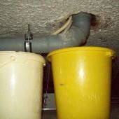 Emmer achter het verlaagde plafond