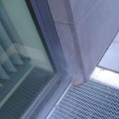 Nebelaustritt am Fensterrahmen außen