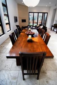 Wohntrend Echtholzmöbel: massiver Esstisch aus Naturholz