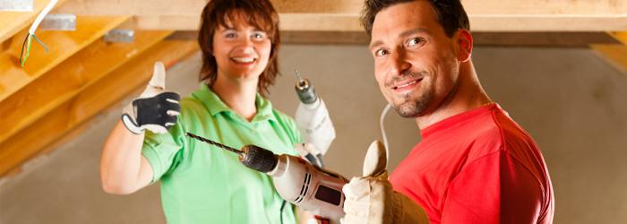 Zwei Handwerker mit Bohrmaschine in der Hand