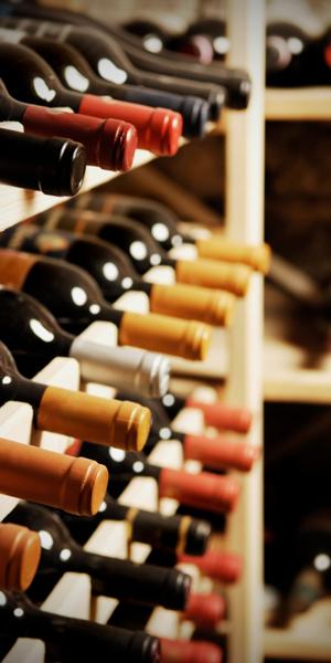 Weinlagerung im Weinregal