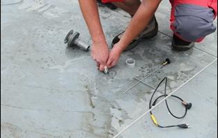 Préparation à l'introduction d'un embout pour toit-terrasse à membrane